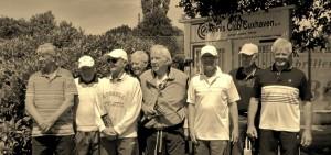 Die TCCer präsentieren sich zum Saisonabschluss mit ihren Gästen aus Bad Zwischenahn vor ihrem traditionellen Club-Tor. (2.v.l. Klaus-DieterLarschow, daneben Dr.Gustav Braun, Günther Hamm und Werner Möller, 2.v.r. Manfred Mundt)